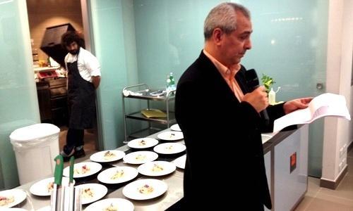Il cuoco uruguaiano Matias Perdomo�del Pont de Ferr ascolta lo scrittore peruviano�Jorge Eduardo Benavides�nella sede del Convivium Lab�in una serata di gastronomia e cultura dalle forti tinte latino-americane concertata dall'Instituto Cervantes di Milano in collaborazione con l'Arte del Convivio