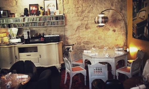 Il ristorante Derri�re, al�69 di rue des Gravilliers, Parigi. Un ristorante insolito, in cui ci si sente come a casa, letteralmente. E' uno dei 5 indirizzi che proponiamo oggi per godersi un'insolita Parigi, lontana dai 3 stelle e dagli indirizzi della bistronomie