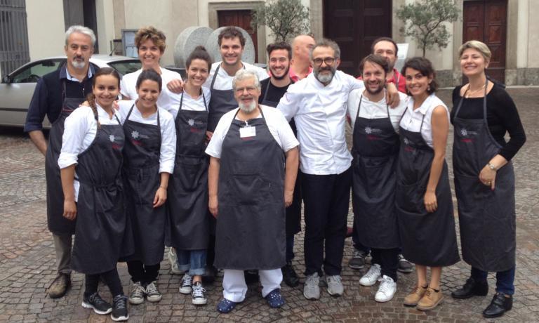 La squadra di sala e cucina che ha lavorato ieri sera al Refettorio Ambrosiano in piazzale Greco, a Milano, un progetto di solidariet� che coinvolge alta cucina, arte e design. In casacca bianca, Massimo Bottura, chef dell'Osteria Francescana di Modena�e anima del Refettorio. Alla sua sinistra Rene Redzepi, chef del Noma di Copenhagen, uno dei grandi cuochi inclusi nel programma. Tra i camerieri c'era anche Zanatta, autore del pezzo, invitato da Caritas�