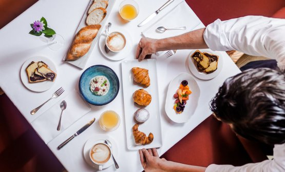 Una possibile combinazione a colazione alRosa Alpina di San Cassiano in Val Badia (Bolzano), l'hotel che ospita ilSt Hubertus, 3 stelle Michelin. Il pasticciere Andrea Tortora si occupa di tutta la linea dolce, dalle colazioni ai dessert del ristorante(foto del servizio diDaniel Töchterle)