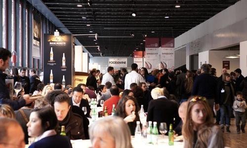 Un'immagine della prima edizione del Milano Food & Wine Festival. La seconda edizione avrà luogo da sabato 9 a lunedì 11 febbraio 2013 al MiCo di via Gattamelata: oltre 400 vini di 150 vignaioli e decine di cuochi, pasticceri e pizzaioli per un cartellone golosissimo. I biglietti si acquistano online su Ticket One oppure fisicamente in loco nei 3 giorni della rassegna