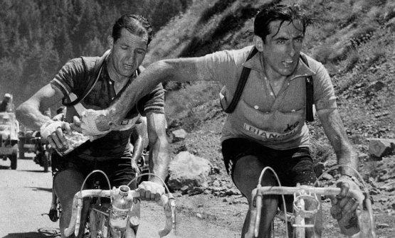 Il passaggio di borraccia tra Fausto Coppi e Gino Bartali, reso celeberrimo da questa forto, scatata da Carlo Martini al Tour de France del 1952. Oggi, nel mondo della pizza, i campioni contro sono Pepe e Martucci