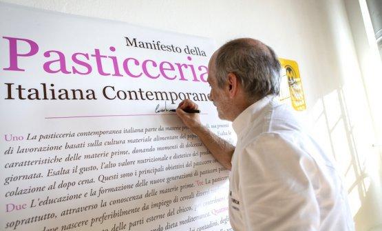 Corrado Assenzamentre firma per primo il Manifesto della Pasticceria Italiana Contemporanea. FotoThorsten Stobbe