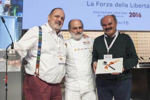 Paolo Marchi col grande pasticcere Corrado Assenza e Oscar Farinetti a Identità Milano 2016