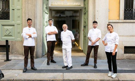 Assenza con la squadra di cucina di Identità: da sinistra Edoardo Traverso, lo chef Simone Maurelli, Charles Pearce e Wilma Masha
