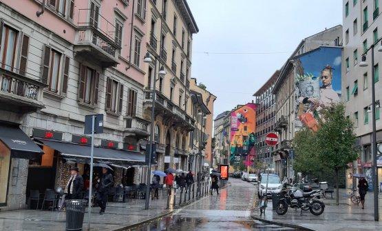 Corso Garibaldi quasi all'angolo con via Palermo (a sinistra) e via Solera Mantegazza (a destra), vie fuori obiettivo. Leone se ne stava sulla sinistra dove ora c'è una pizzeria