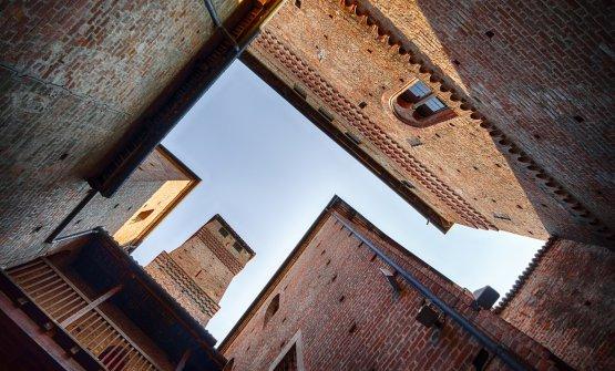 Vista verso il cielo dal cortile del castello