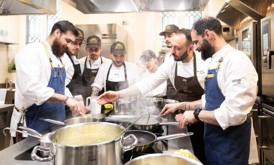 Al lavoro con il resident chef di Identità Golose Milano Alessandro Rinaldi e con la sua brigata