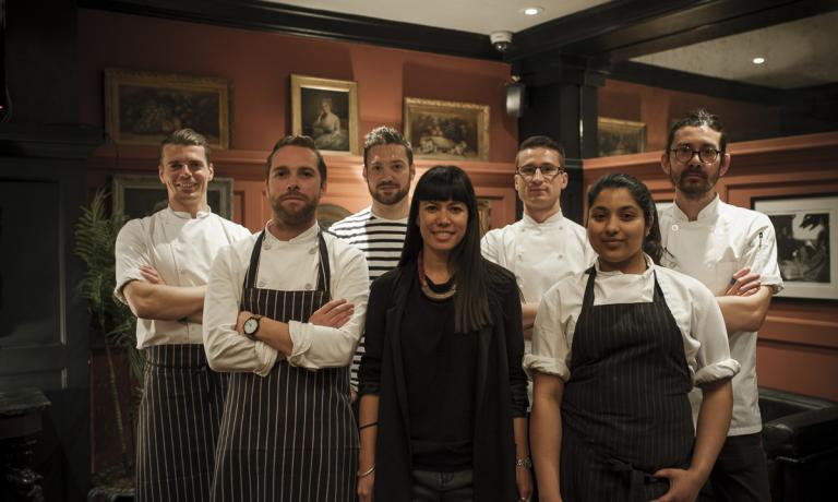 Dan Doherty, executive chef del Duck and Waffle di Londra (secondo da sinistra), ha lanciato con successo qualche mese fa il progetto Chefs of Tomorrow: giovani cuochi emergenti sono invitati a cucinare un pranzo o una cena sotto la sua ala protettiva (foto Ming Tang-Evans)