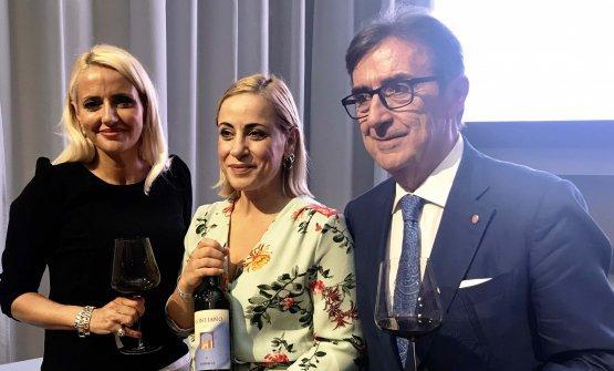 Identità Golose Milanoha ospitato in via Romagnosi 3 l'anteprima mondiale delMontiano 2016, il grande Merlot creato dalla famiglia Cotarella nel 1993.In foto, da destra,Riccardo Cotarellacon la nipoteEnricae la figliaDominga