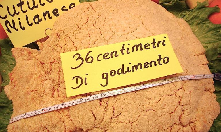 L'immensa cotoletta dell'Antica Macelleria Ghioldi a Modena, 36 centimetri di bontà. Molto probabilmente viene superata solo dalla costolettissima dei fratelli Cerea Da Vittorio a Brusaporto vicino Bergamo