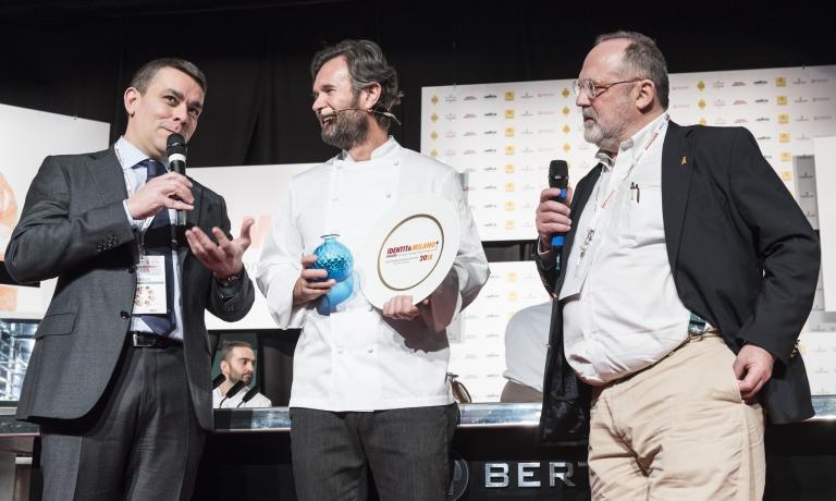 Carlo Cracco tra Enrico Berto, amministratore delegato della Berto's che gli consegna il premio Nuove Sfide, e Paolo Marchi al congresso di IG2018