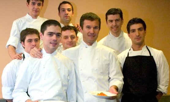 It's been 12 and a half years since this picture by Alessandro Castiglioniand none of them had a beard then. It happened later. It was the winter of 2005, the year of the first edition of Identità Golosein Milan.Carlo Craccohad Matteo Baronetto beside him, to his left in the photo. They both hold a plate full of Spaghetti with marinated egg yolk, one of their signature dishes. Behind them, on the left, four collaborators of what was then Cracco-Peck, and right, Fabio Pisaniwith the black apron as well as Andrea Berton