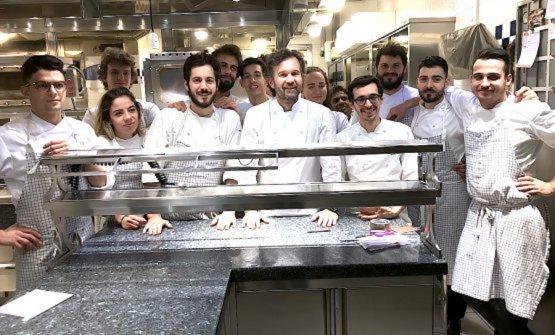 Foro ricordo, sabato 23 dicembre 2017, dopo l'ultimo servizio nel ristorante in via Victor Hugo a Milano per la brigata di Carlo Cracco, alla cui sinistra si riconosce Luca Sacchi, già pasticciere e da sei anni suo sous-chef