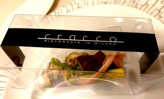 La scatoletta con le verdure essiccate, tradizionale benvenuto al Ristorante Cracco. Sotto, Gamberi nocciole e prezzemolo
