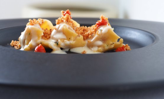 Ravioli ripieni di pomodoro, cacioricotta e mandorle salate