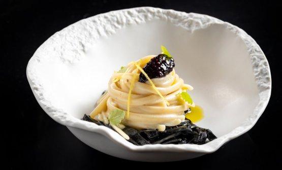 Linguinemantecate al burro e alici serviti con seppia arrosto e il suo nero, more e scorza limone