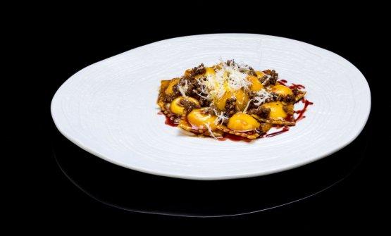 Raviolini di mascarpone con ragout d'anatra e riduzione di vino rosso