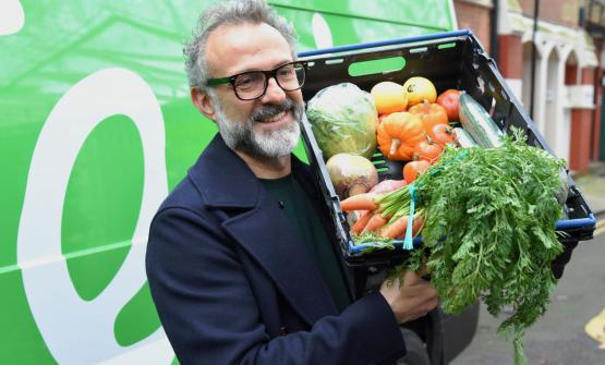 Massimo Bottura con le verudre destinate al Refettorio londinese (foto The Felix Project)