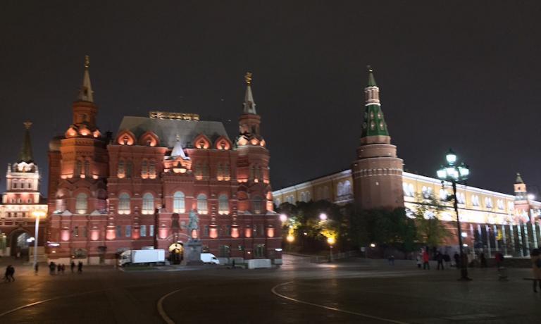 Anche se si sta a Mosca per meno di 24 ore, non esiste mancare di vedere il Cremlino e la Piazza Rossa. Fanno sempre impressione per le dimensioni e per la storia passata e che tuttora passa per di lì. Ma è di notte che il tutto dà il meglio di sé, sprigionando una bellezza e intensità uniche