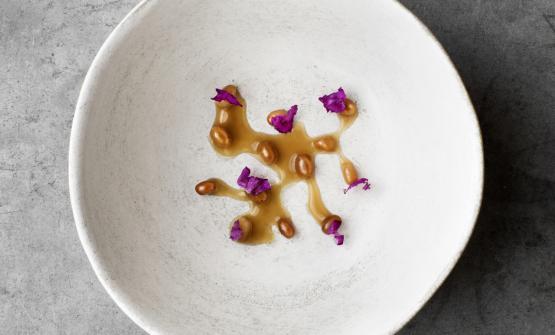 """Crickets and rose, una delle ricette inserite nel libro """"On Eating Insects"""". Una delle tecniche utilizzate per creare questo piatto,inventata al Lab da Flore con un suo ex collega (ora assunto al Celler de Can Roca di Girona), è stata presa in considerazione dai fratelli Roca ed è ora usata anche per uno dei loro piatti"""