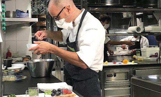 Enrico Crippa prepara il condimento per la sua celeberrima insalata