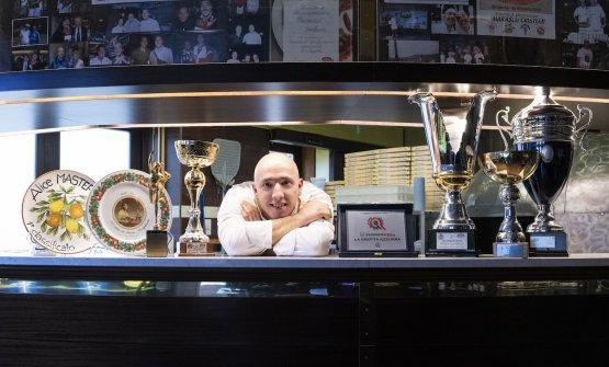 Cristian Marasco al bancone della sua pizzeria La