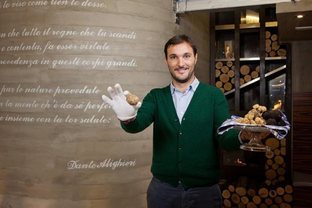 Cristiano Savini, epigono di un'importante famiglia di tartufai con base a Palaia (Pisa). Ha aperto da poco nell'elegante boutique hotel NH di Palazzo Moscovaa MilanounTruffle Restaurant e Cocktail Bar. E' la seconda declinazione del format, che ha preso il via nel 2015, con l'apertura del ristoranteTruffle Experience all'interno dell'hotelPorta Rossa di Firenze