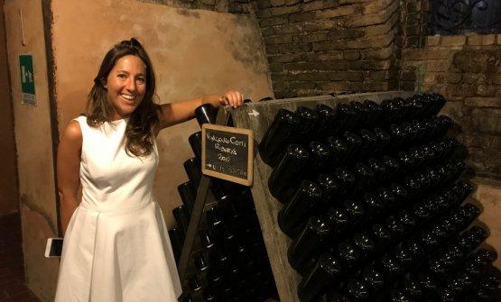 Cristina Cerri con le bottiglie Riserva del Fondatore Vincenzo Comi, tra le produzioni più interessanti di Travaglino