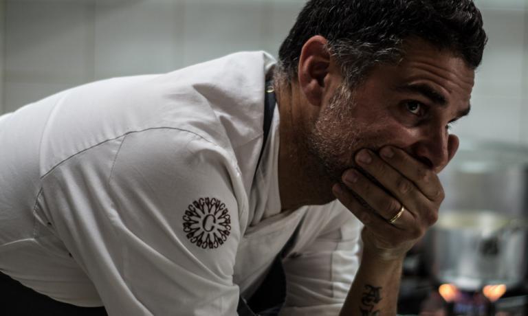 Lo chef Marco Baglieri. Da poche ore è tornato in cucina, dopo sei mesi di forzata inattività a causa della malattia della figlia Aurora, che ha perso la sua battaglia contro la leucemia