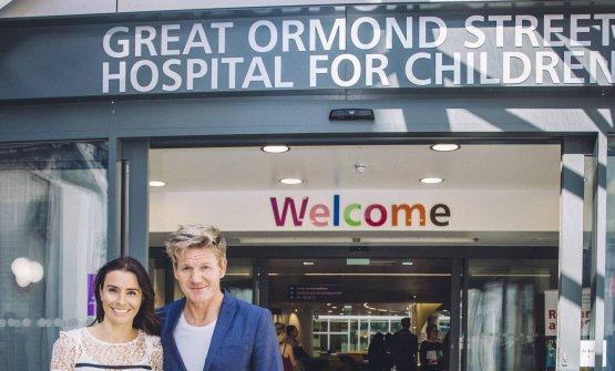Con la moglie Tana davanti all'ospedale pediatrico di Great Ormond Street