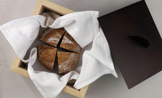 Il pane del Villa Naj. La pagnotta, di lievito madre, è fatta con farina semitegrale di Molini di Voghera. Poi grissini alla farina di Saragolla. In accompagnamento, burro demi sel
