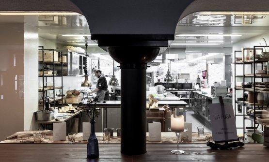 Lo chef Mattia Baroni al lavoro nella sua cucina