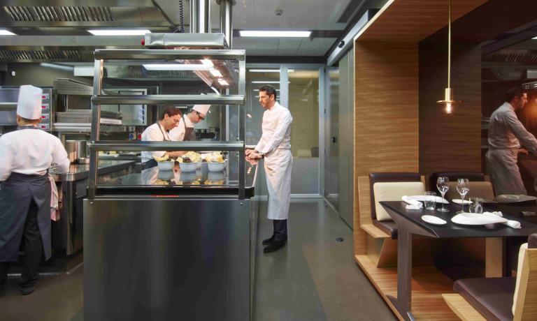 Le chef nella cucina del suo ristoranrte milanese
