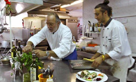 Una foto del dicembre 2014:Luciano Zazzeriall'opera nella cucina dellaPineta, con il figlioDaniele