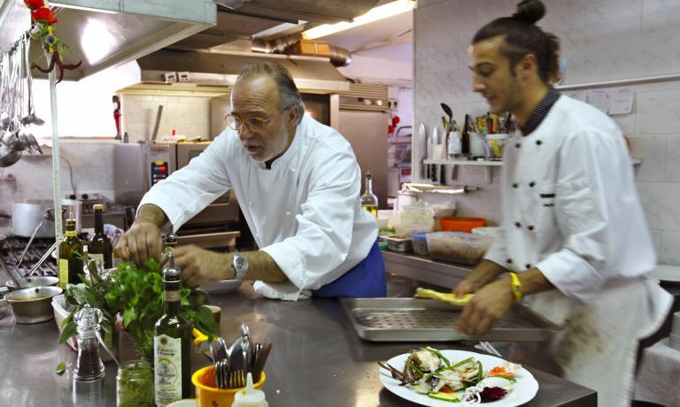 Luciano Zazzeri all'opera nella cucina della Pineta, con il figlio Daniele, mentre l'altro figlio Andrea sovrintende sala e cantina: questo ristorante di Marina di Bibbona � meta prediletta di tanti buongustai anche famosi, come il grande Angelo Gaja
