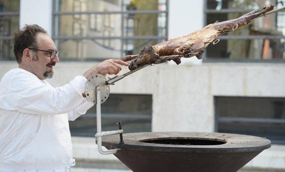 Paolo Lopriorealle prese conil suo spiedo telescopico (foto Culinaria)