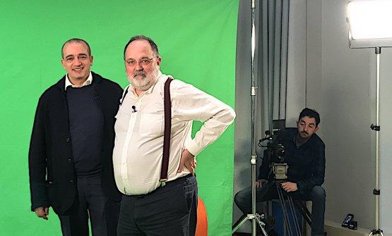 Pino Cuttaia con Paolo Marchi in una pausa della registrazione della puntata di Striscia la notizia dedicata allo chef di Licata in Sicilia