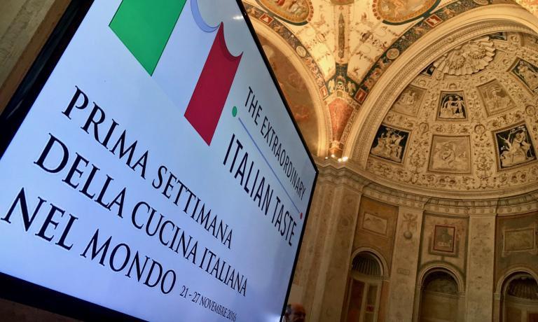 E' stata presentata a Roma, alla presenza dei ministri Martina e Gentiloni e del sottosegretario Scalfarotto, la prima Settimana della cucina italiana nel mondo, un'iniziativa davvero ambiziosa che vuole schierare i professionisti del settore per valorizzare il sistema Italia. Alla presentazione c'era anche Paolo Marchi: ecco le sue considerazioni