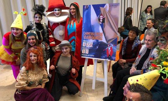 La presentazione del Carnevale di Viareggio a Identità Golose Milano.A destra, Graziella Marchi, autrice del manifesto d'artista del Carnevale