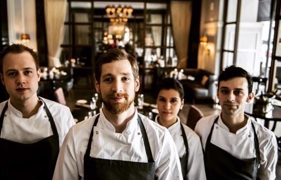 Da sinistra: Alex Schonning Petersen, Christian Gadient, e i due italianiFrancesca Parazzie Fabio Strammiello, che da poco sono diventati entrambi Junior Sous Chef nella brigata del Marchal di Copenhagen