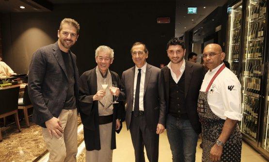 Andrea Berton, Hiroshi Sakurai, il sindaco Beppe Sala, Andrea Aprea e Wicky Priyan ieri sera al Wicky's per l'evento di presentazione della nuova partnership con la casa di produzione di sakeDassai