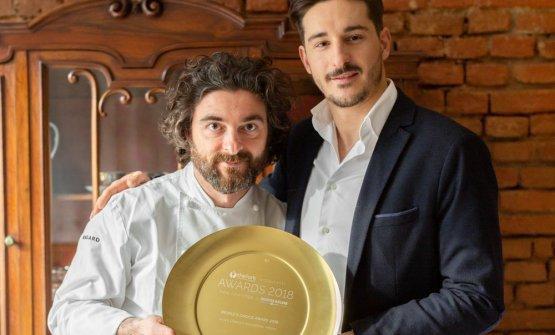 Lo chefFederico Sisti e il titolareFrancesco Angelillo, figlio di Patrizia Meazza, con il trofeo per aver conquistato la prima posizione alTheForkRestaurants Awards- New Openings 2018