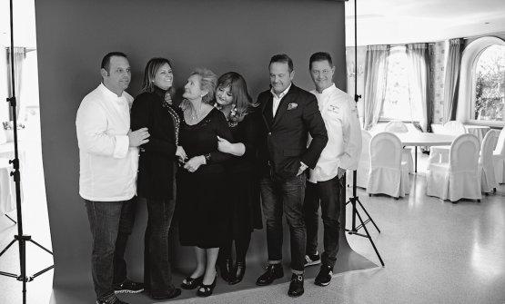 Tutto perfetto e intenso nello scatto di Giovanni Gastel. Da sinistra Bobo, Rossella, mamma Bruna, Barbara, Francesco e Chicco Cerea