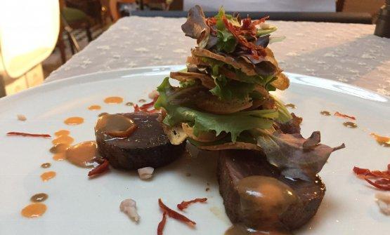 Filetto di alalunga rosato al battuto di pepe nero, vinaigrette solida di caviale povero, riccioli di calamari alla cannella e croccante alle mandorle, chef Damiano Ferraro