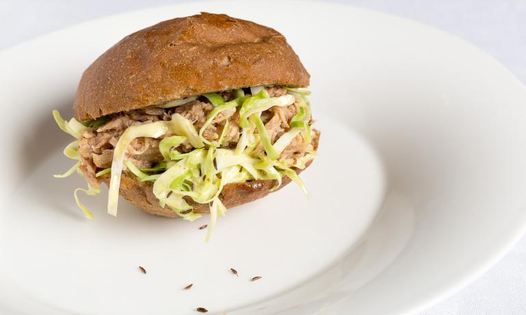 Il Damini Bab, squisito panino farcito con carne selezione Damini, insalata di cappuccio e semi di cumino