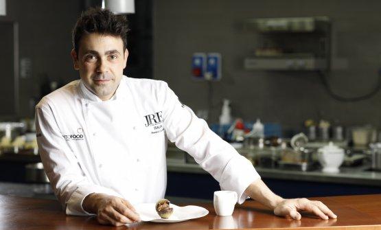 Lo chef Daniel Canzian nel suo omonimo ristorante (foto di Lorenzo Rui)
