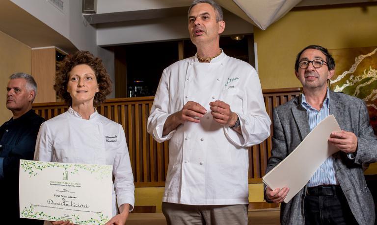 Pietro Leemann e Gabriele Eschenazi, ideatori del concorso The Vegetarian Chance, con la vincitrice della prima edizione, nel 2014, Daniela Cicioni. Quie qui trovate dueraccontidi quell'anno, mentre qui una cronaca e una ricetta dalla seconda edizione