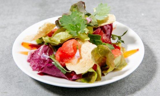Carpaccio di anguria con piccola insalata e chips di lenticchie