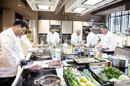 Al lavoro in cucina